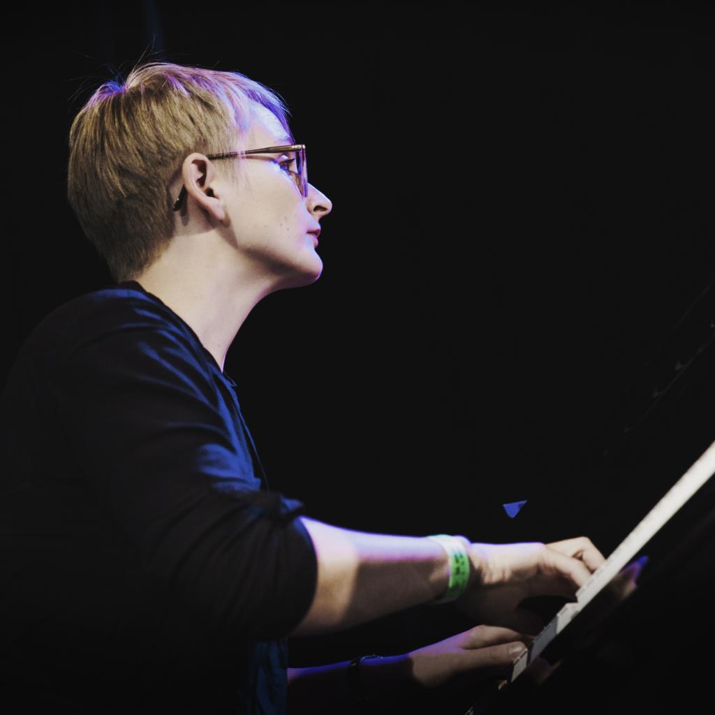 Fee Stracke, Pianistin Und Komponistin Aus Berlin, Vertont Möbel In Musik